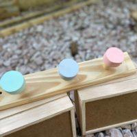 Percha decorativa de madera personalizable 2 Pomos BabySilk